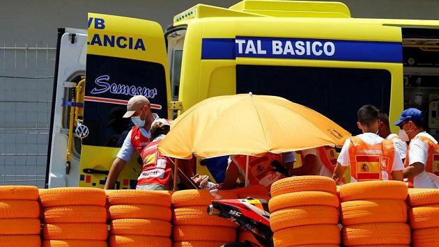 Marc Márquez je na nosítkách odnášen do sanitky.
