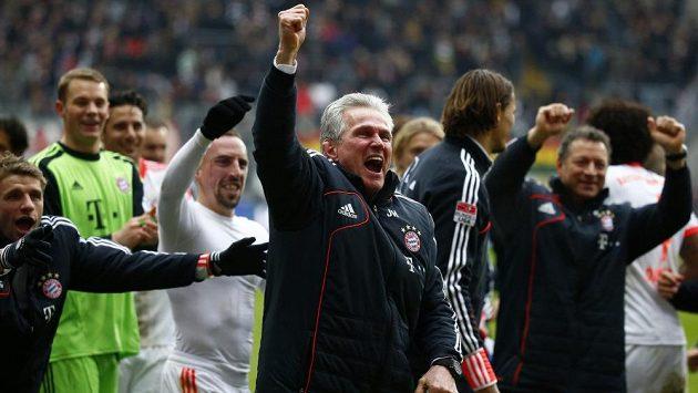 Trenér Jupp Heynckes (vpředu), stejně jako hráči mnichovského Bayernu by chtěli prožívat podobnou radost i dnes večer po zápase s Barcelonou.