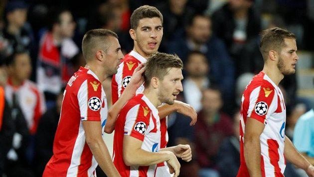Hráči Crvené Zvezdy se radují z gólu proti PSG, nakonec ale prohráli pětibrankovým rozdílem.