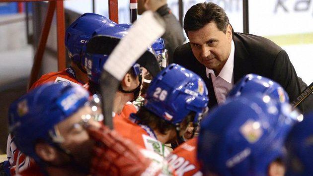 Trenér české hokejové reprezentace Vladimír Růžička uděluje hráčům pokyny.