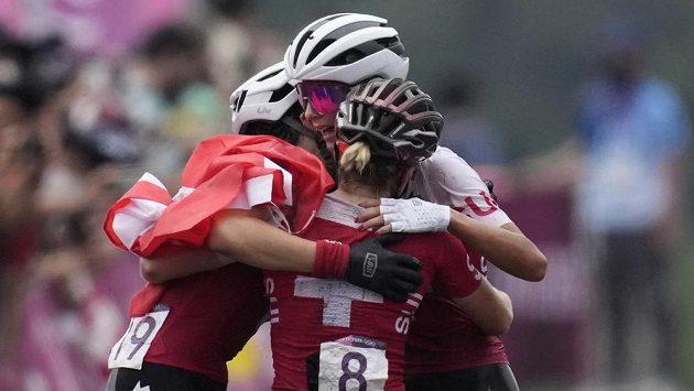 Absolutní dominance švýcarských cyklistek v závodě cross country. V objetí první tři ženy závodu Jolanda Neffová, Sina Freiová a Linda Indergandová.