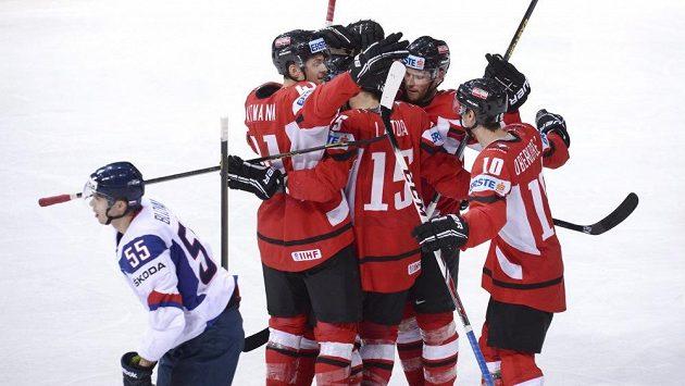 Rakouští hokejisté se radují po brance v utkání se Slovenskem.