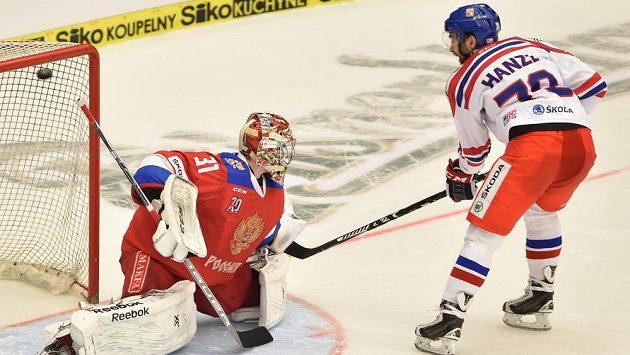 Robin Hanzl z ČR dává gól brankáři Ruska Iljovi Sorokinovi v samostatných nájezdech.
