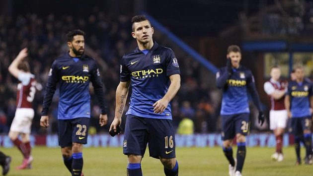Zklamaný Sergio Agüero odchází společně se spoluhráči z Manchesteru City po prohře od Burnley.
