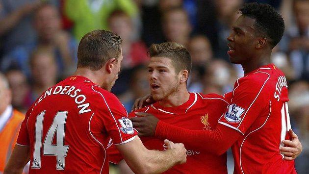 Alberto Moreno z Liverpoolu (uprostřed) se raduje z gólu se spoluhráči Jordanem Hendersonem (vlevo) a Danielem Sturridgem.