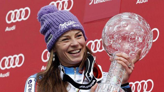 Slovinka Tina Mazeová na snímku z Lenzerheide s trofejí za celkový triumf ve SP 2012/13.