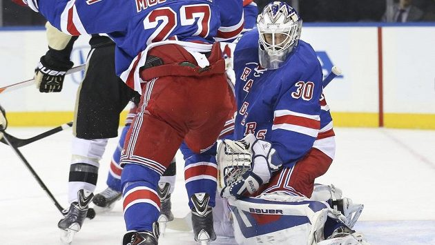 Brankář New Yorku Rangers Henrik Lundqvist v zápase proti Pittsburghu Penguins.