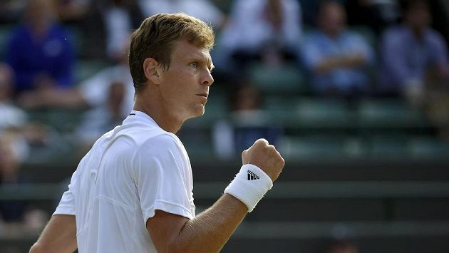 Vítězné gesto Tomáše Berdycha ve čtvrtfinále Wimbledonu.