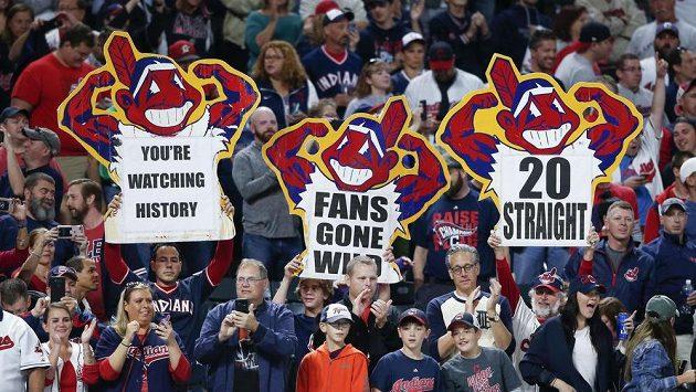 Nadšení fanoušci baseballistů Cleveland Indians oslavují výhru svých barev v Americké lize.