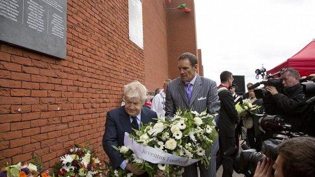 Bývalý fotbalista Juventusu Sergio Brio (uprostřed vpravo) přináší květiny na stadión v Bruselu k uctění památky neštěstí, které se zde přihodilo před 30 lety.