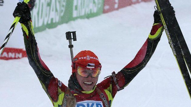 Biatlonistka Gabriela Soukalová se raduje z výhry ve stíhací jízdě SP v Chanty Mansijsku.