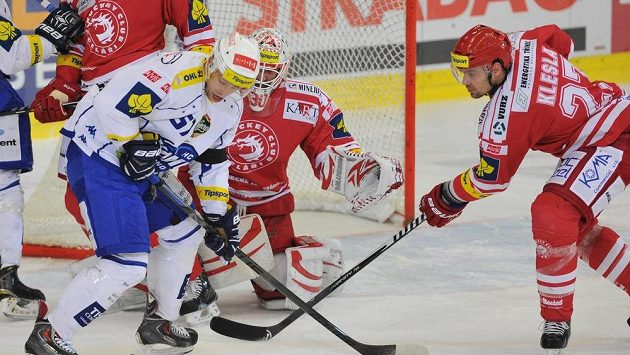 Zleva Jan Hruška z Brna, brankář Třince Šimon Hrubec a kapitán Třince Rostislav Klesla v utkání 36. kola.
