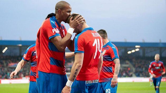 Útočník Viktorie Plzeň Jean-David Beauguel oslavuje gól na 2:1 a děkuje Radimovi Řezníkovi za přihrávku během utkání s Baníke,-