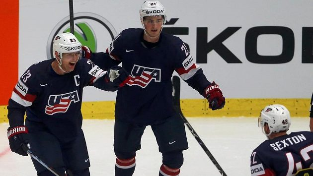 Američané Matt Hendricks (vlevo), Dylan Larkin (uprostřed) a Dan Sexton e radují z gólu proti Finsku na hokejovém MS v Ostravě.