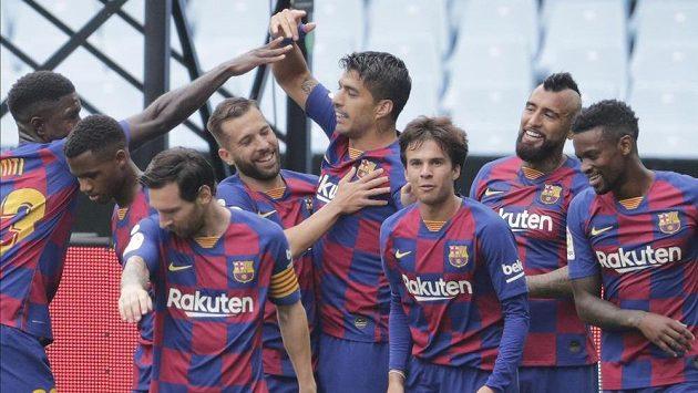Barcelonský Luis Suárez (uprostřed) slaví se spoluhráči gól.