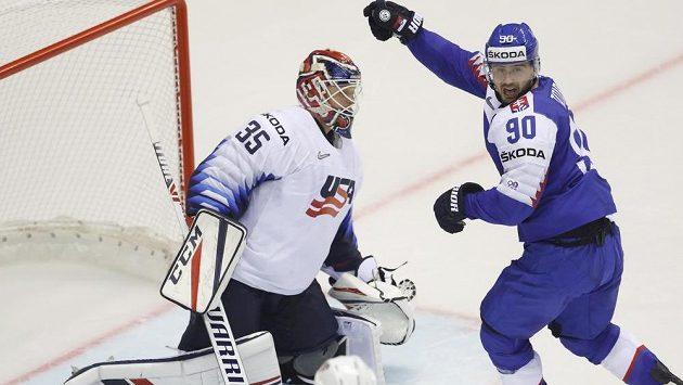 Slovenský hokejista Tomáš Tatar slaví, právě překonal v utkání mistrovství světa brankáře USA Coryho Schneidera.