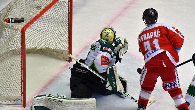 Petr Strapáč (vpravo) z Olomouce střílí rozhodující gól do sítě Karlových Varů.
