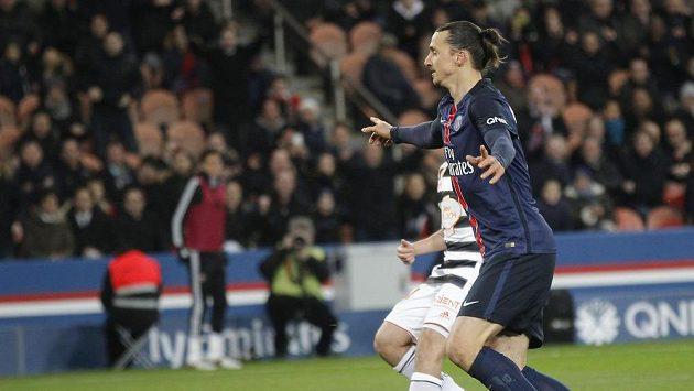 Útočník Paris Saint-Germain Zlatan Ibrahimovic se raduje z gólu.