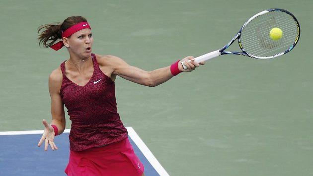 Česká tenistka Lucie Šafářová v utkání proti Francouzce Kristině Mladenovicové.