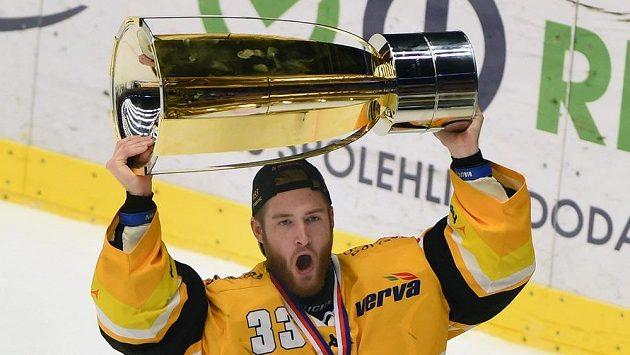 Brankář Litvínova Pavel Francouz se raduje s pohárem z vítězství.