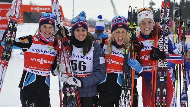 Zleva vítězné Norky Ingvild Östbergová, Heidi Wengová, Therese Johaugová a Astrid Jacobsenová.