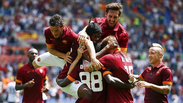 Fotbalisté AS Řím se radují z branky.