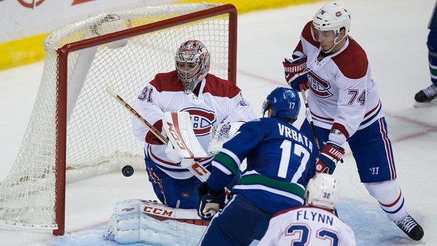 Radim Vrbata z Vancouveru (číslo 17) překonává brankáře Montrealu Careyho Price.
