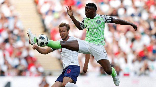 Kenneth Omeruo z Nigérie (vpravo) v souboji s Harrym Kanem z Anglie.