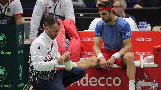 Fyzioterapeut Michal Novotný (vlevo) ošetřil při DC Jiřímu Veselému vykloubený prst na pravé noze.