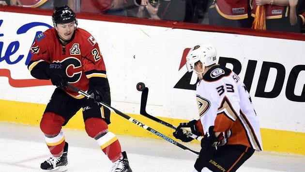 Jiří Hudler (24) z Calgary v souboji s Jakobem Silfverbergem (33) z Anaheimu ve třetím utkání druhého kola play off NHL.