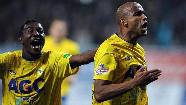 Santos Nivaldo (vpravo) zřejmě už žlutomodrý dres neoblékne. Naopak Franci Litsingi smlouvu v Teplicích může prodloužit.
