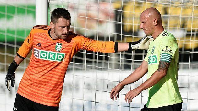 Brankář Karviné Martin Berkovec (vlevo) a autor vlastního gólu Marek Janečka.