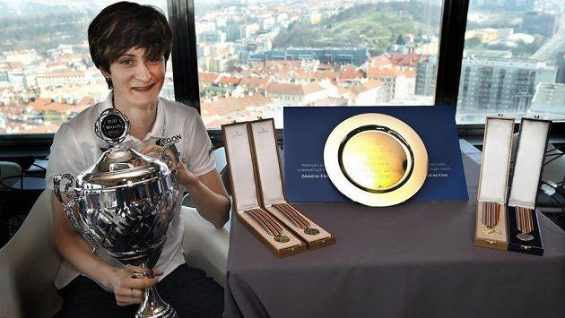 Rychlobruslařka Martina Sáblíková a její trofeje a medaile z letošní sezóny.