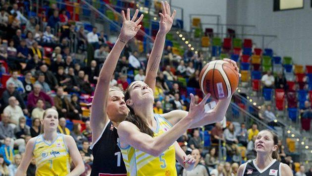Basketbalistka Sonja Petrovičová z USK Praha (č. 5) se snaží prosadit přes bránící Linu Pikčiuteovou z Girony v zápase Evropské ligy.