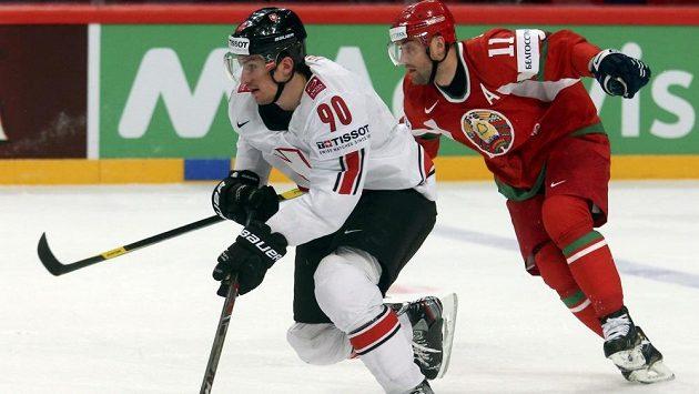 Švýcar Roman Josi (vlevo) uniká běloruskému hokejistovi Alexandrovi Kulakovi.