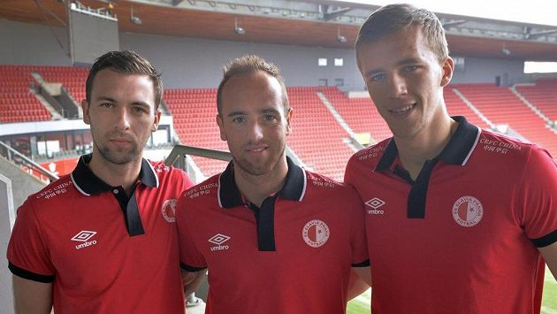 Fotbalisté Slavie Praha zleva Josef Hušbauer, Tomáš Jablonský a Tomáš Souček před nedělním derby se Spartou.