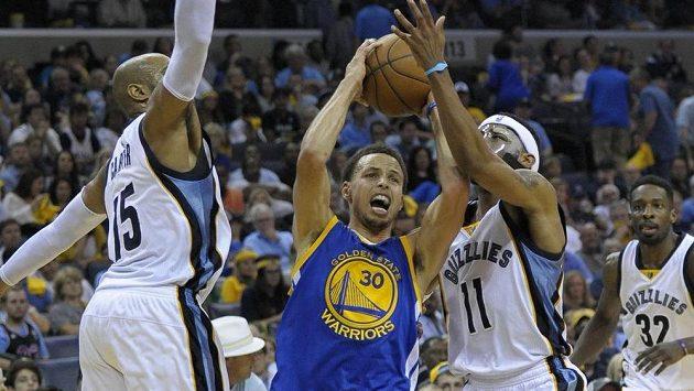 Stephen Curry z Golden State (uprostřed) mezi basketbalisty Memphisu Mikem Conleym (vpravo) a Vincem Carterem.