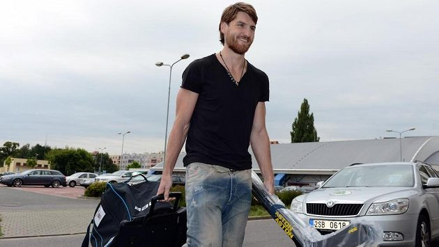 Hokejový obránce Jakub Nakládal přichází na reprezentační sraz před Českými hokejovými hrami v Pardubicích.