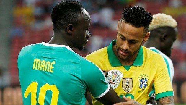 Brazilec Neymar (vpravo) a Sadio Mané ze Senegalu.