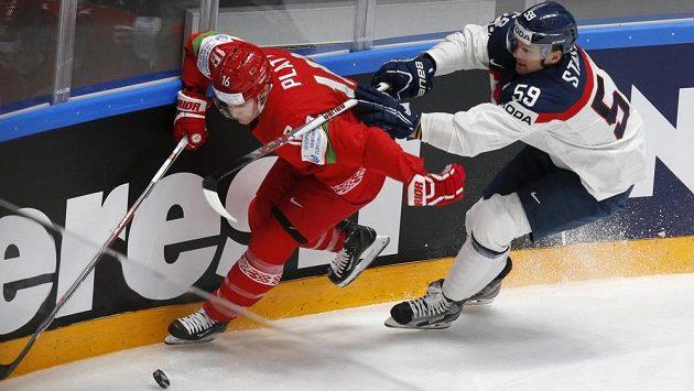 Bělorusa Geoffa Platta stíhá u mantinelu Slovák Andrej Šťastný.