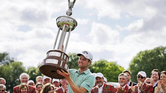Americký golfista Chris Kirk s trofejí po triumfu na turnaji ve Fort Worthu.