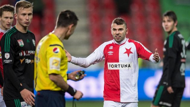Záložník Slavie Praha Levan Kenija během utkání s Příbramí.