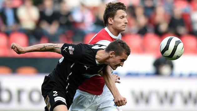 Obránce Viktorie Plzeň Lukáš Hejda (vpředu) a Milan Škoda ze Slavie.