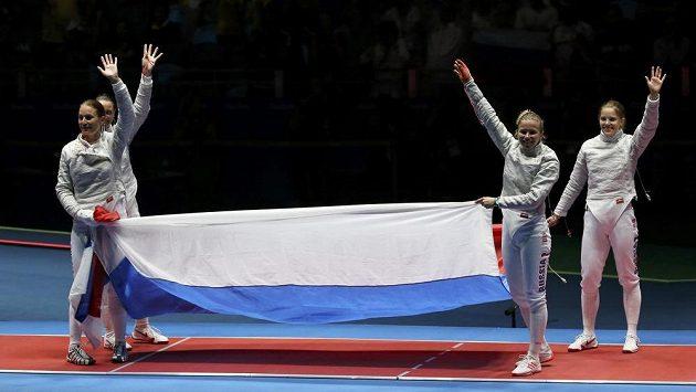 Ruské šavlistky vybojovaly v týmové soutěži podle očekávání zlato.