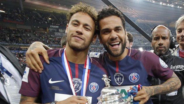 Neymar (vlevo) a Dani Alves z PSG po triumfu ve Francouzském poháru.