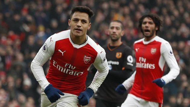 Fotbalista Arsenalu Alexis Sanchez oslavuje gól proti Hullu.