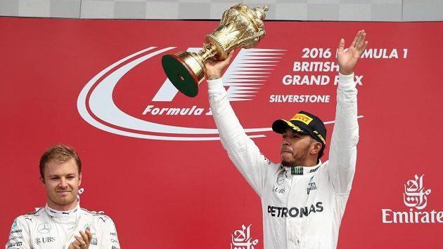Lewis Hamilton s trofejí pro vítěze GP Británie.
