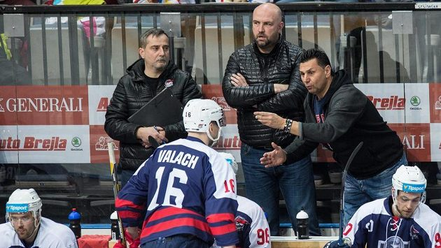 Trenér Chomutova Vladimír Růžička udílí pokyny Juraji Valachovi během utkání na Spartě. Ilustrační snímek.
