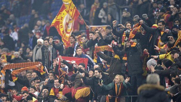 Fanoušci fotbalového klubu Galatasaray Istanbul se snažili na stadión Schalke dostat jakýmkoliv způsobem.