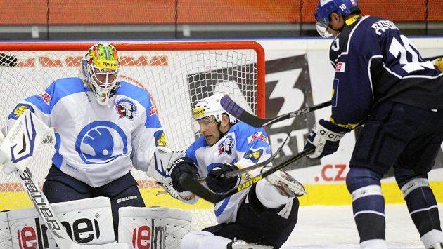 Plzeňský gólman Lukáš Mensator a zadák Jiří Hanzlík (uprostřed) se snaží zabránit v šanci Pavlu Paterovi z Kladna.